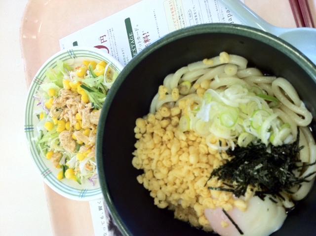 学食の 釜玉うどん と棒々鶏サラダ