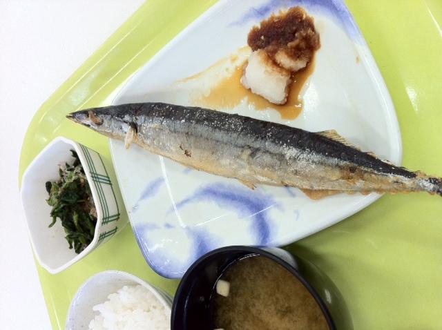 学食 今朝の¥200定食は サンマ塩焼