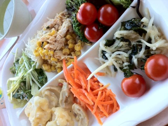 今日から新学期 学食ビュッフェの新メニュー ブロッコリーとヒジキのサラダは ナムル風